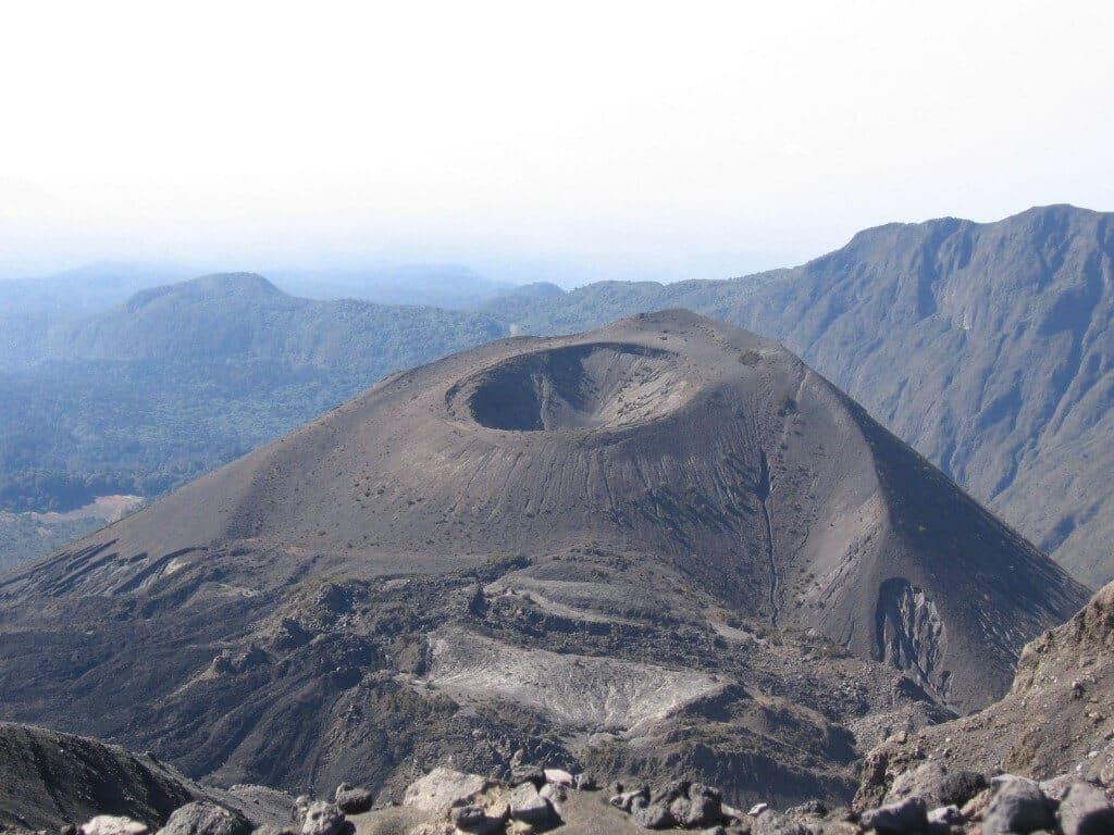 Krater gezien vanaf Little Meru